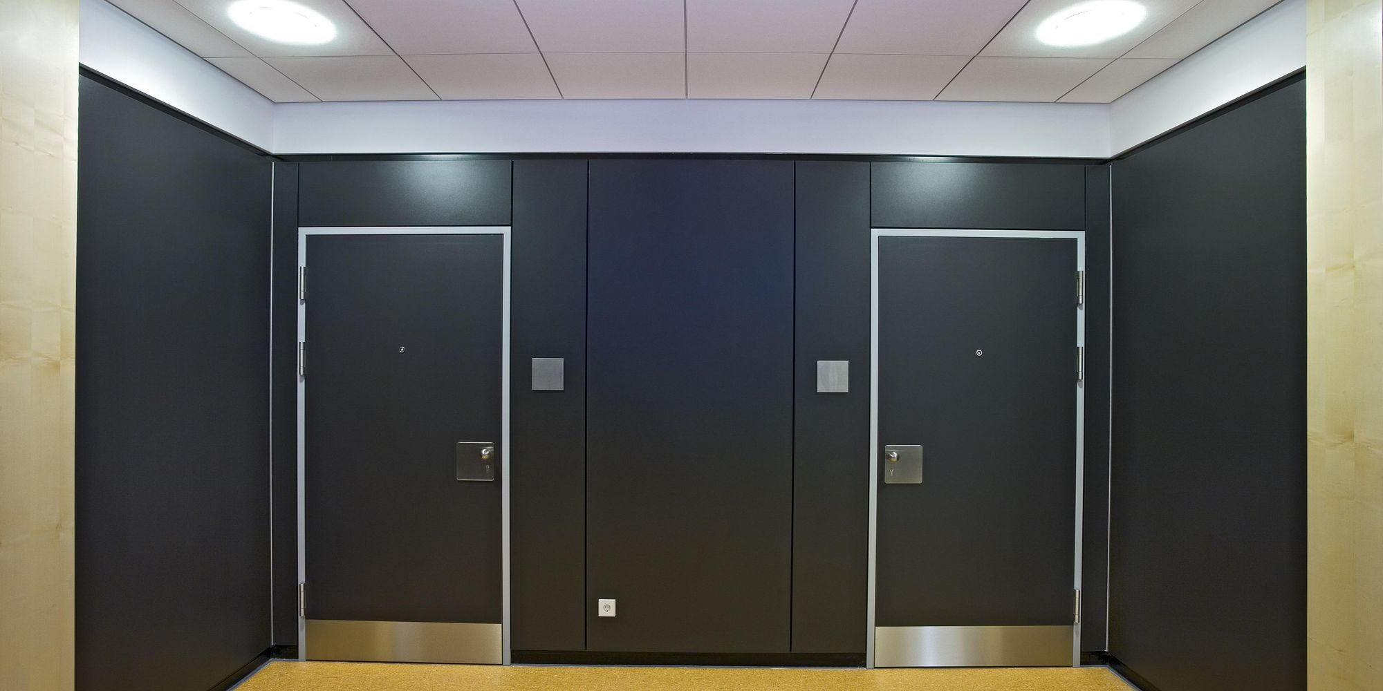 Flush-mounted swing door for schools and public buildings