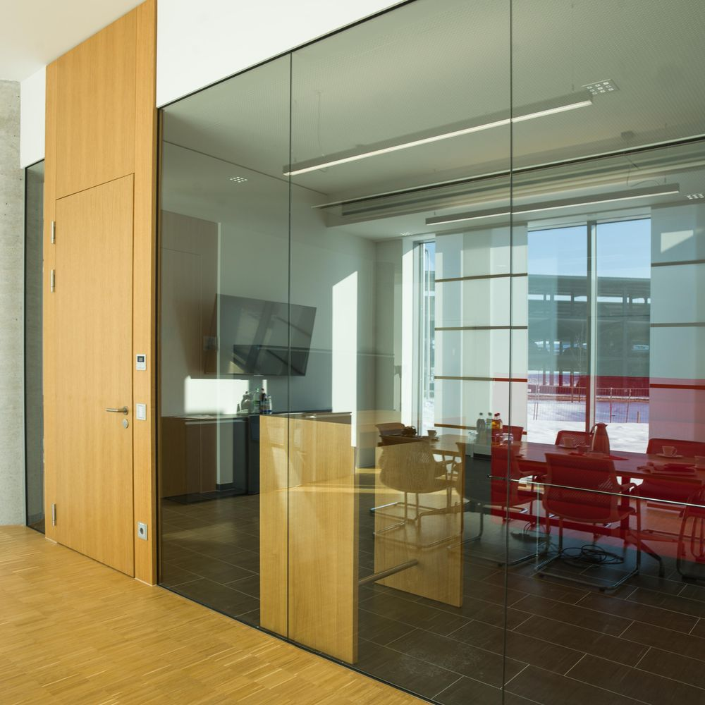 Single-pane glazing with floor-to-ceiling door elements