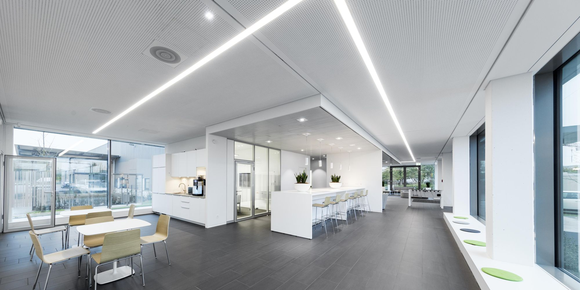 Rehau — interior fit-out with workbench for temporary workplaces